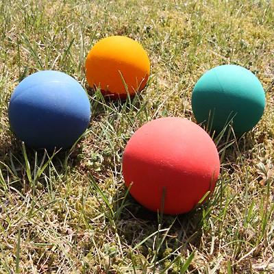 Kleine Gummi-Hundebälle von Aeki in schönen Farbvariationen